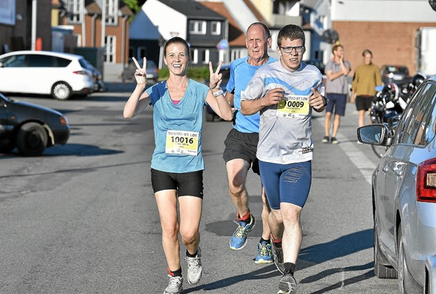 Camilla Vutborg (5.) og Christian Vutborg (12) trækker her Tonny Borggaard (11. ) på 6 km. Foto: Ole Iversen