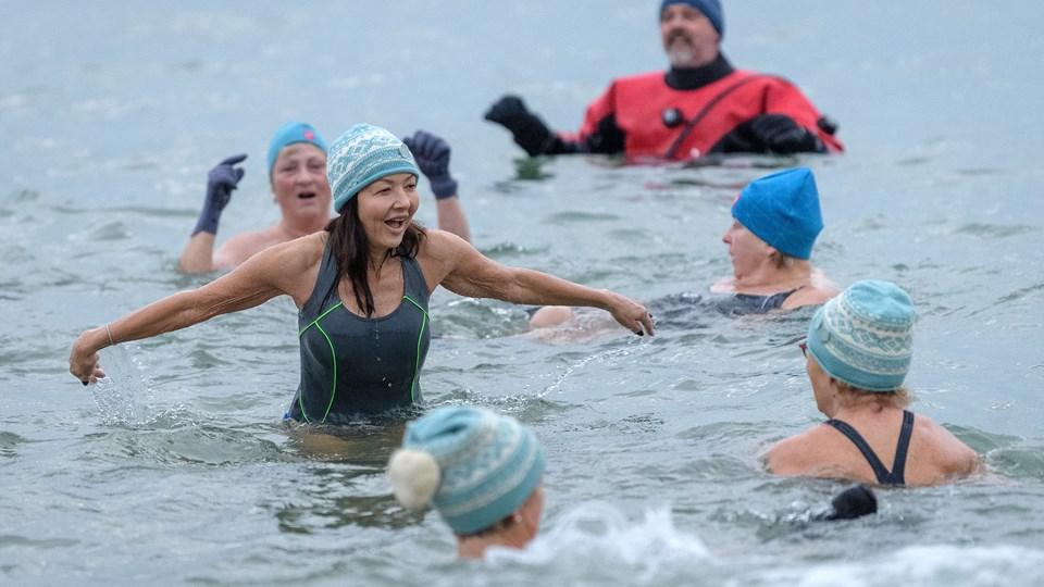 Grevinde Alexandra var blandt de 350 vinterbadere, der sprang i vinterhavet ved Skagen fredag morgen. Foto: Peter Broen