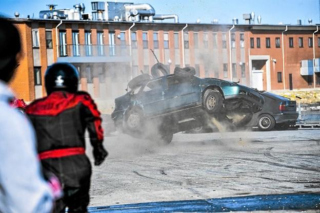 Et vildt bilstunt, hvor en bil tvinges til i høj fart at rulle rundt, kunne potentielt ende galt. I Thisted stoppede den rullende bil præcis ved kajkanten. Foto: Ole Iversen