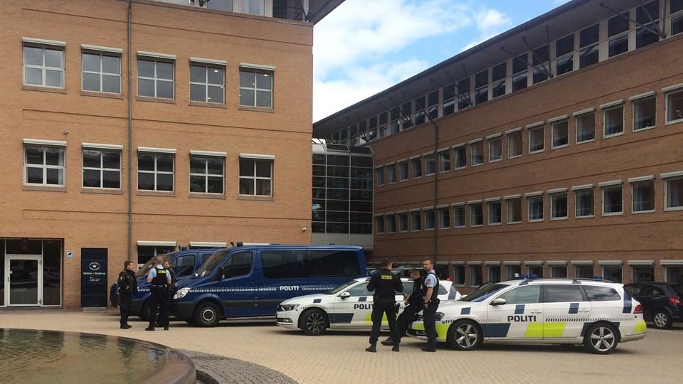 En 19-årig svensk mand er torsdag eftermiddag i grundlovsforhør ved Retten i Glostrup blevet varetægtsfængslet. Han er sigtet for et dobbeltdrab i Herlev 25. juni. Inden dørene til retsmødet blev lukket, oplyste hans forsvarer, at den sigtede nægter sig skyldig og i øvrigt ikke vil svare på spørgsmål. (Arkivfoto).