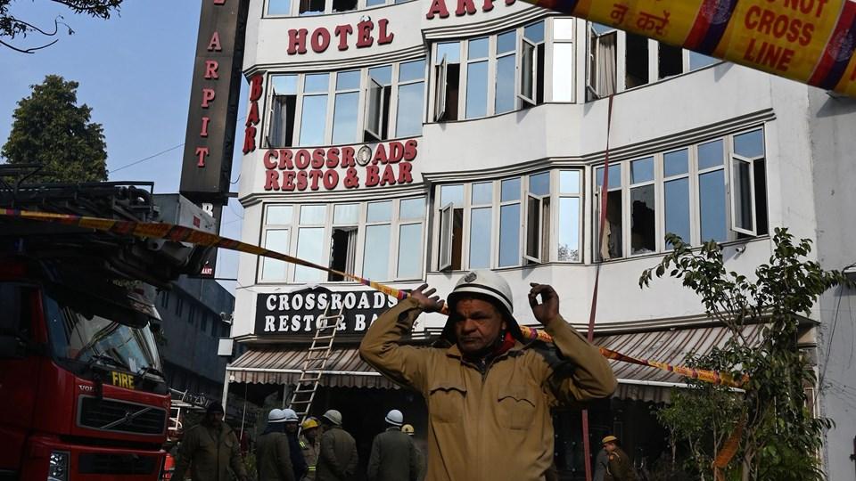 Brandfolk står uden for Arpit Palace Hotel, efter at de har slukket en brand, der kostede 17 menneskker livet tirsdag morgen.