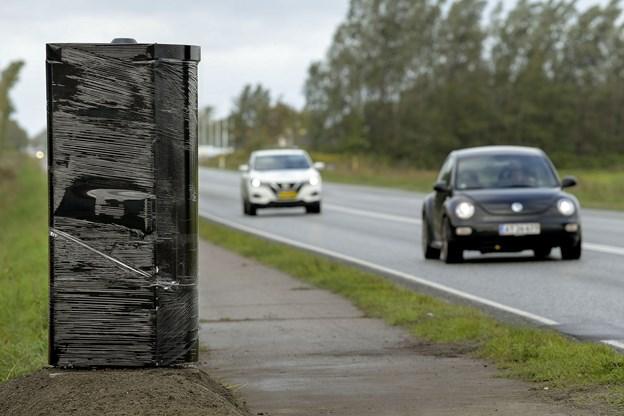 Standeren lige syd for Aabybro er indpakket i sort plast. Snart fjernes indpakningen, og så er stærekassen klar til at blitze fartsyndere. Foto: Lars Pauli