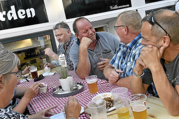 Man måtte drikke øllet hurtigt, hvis man ikke ville sidde med lunkent øl. Foto: Ole Iversen