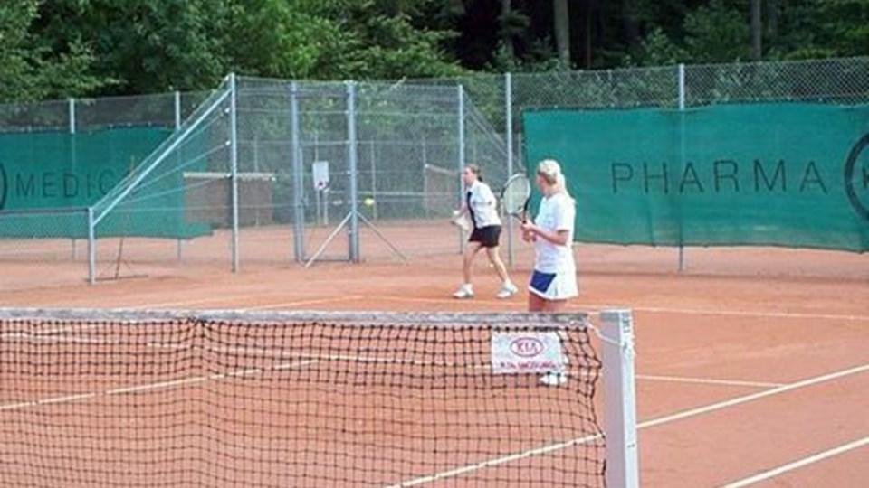 Pernille Nikolajsen (ved baglinien) spillede damedouble med Lenette Pedersen. Privatfoto