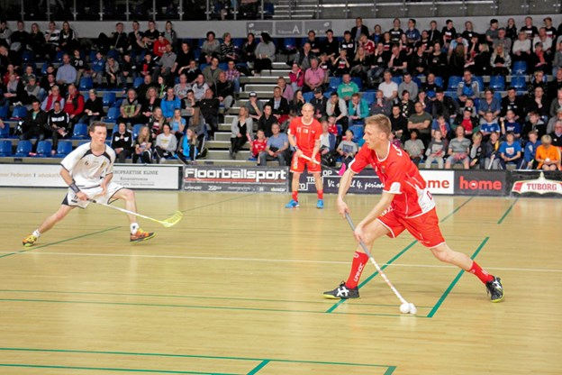 Jannik Trolle med bolden i kampen mellem Danmark og Belgien, sidst der var landskamp i Frederikshavn. Danmark vandt kampen 7-3. Foto: Floorball Danmark