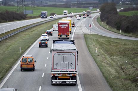 Ældre kvinde mister livet i ulykke med fem biler på motorvej