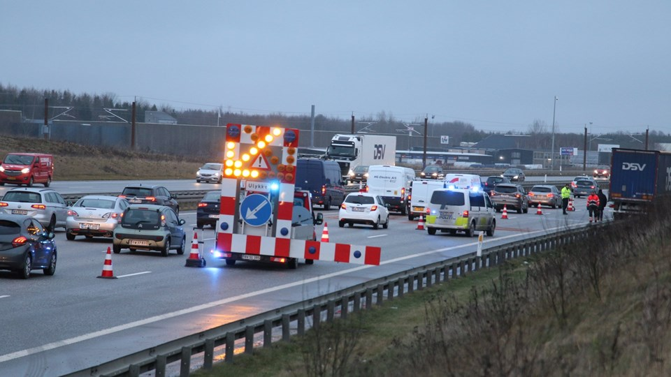 To varebiler stødte mandag morgen sammen på motorvej E20 i retning mod København, hvilket lukkede samtlige sport på strækningen i cirka en time. Lidt efter klokken 8 mandag morgen var alle spor atter farbare, men bilister skal beregne ekstra rejsetid i morgenmyldretrafikken.