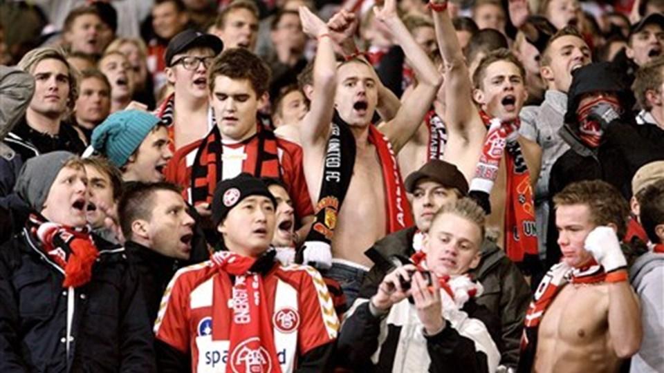 2.000 AaB-fans heppede på holdet mod Manchester på Old Trafford. Opbakningen mod Manchester City bliver væsentligt mindre. Foto: Lars Pauli