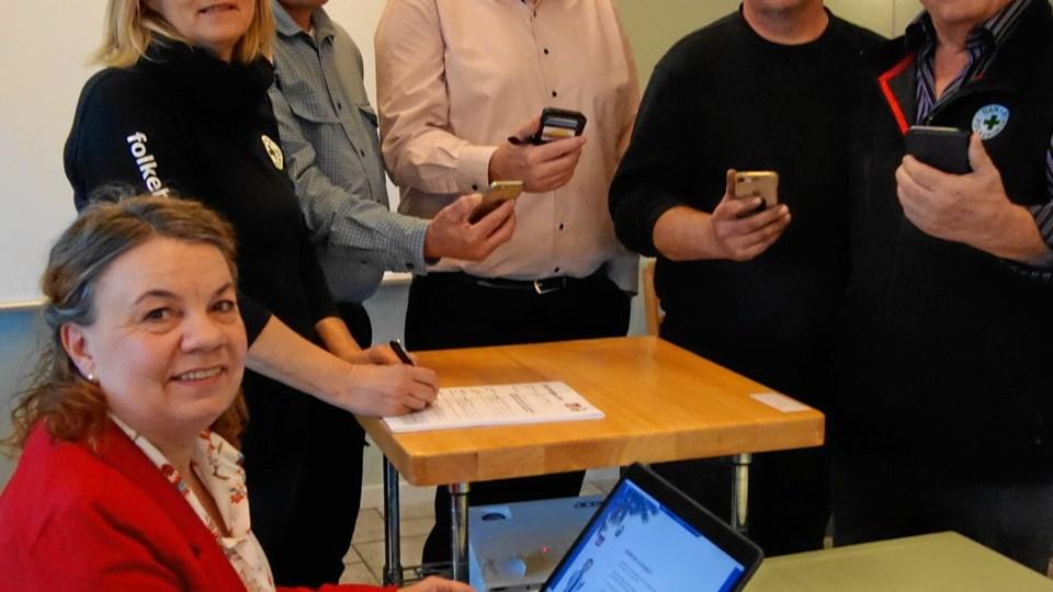 Yvonne Lerche og Pia Nikolajsen fra Dansk Folkehjælp havde travlt med at registrere de 112.000 kr., som erhvervspanelet via deres mobiltelefoner skaffede til julehjælpen. Erhvervspanelet er fra venstre Jens Peter Hougaard, Kastberg, Klaus H. Frederiksen, Spar Nord Aars, Bruno Nikolajsen, Nyrup Smeden/Julles VVS, og Ib Jensen, indsamlingskoordinator, Dansk Folkehjælp Vesthimmerland. Indsamlingen fandt sted på Kimbrerkroen i Aars. Foto: Martin Glerup