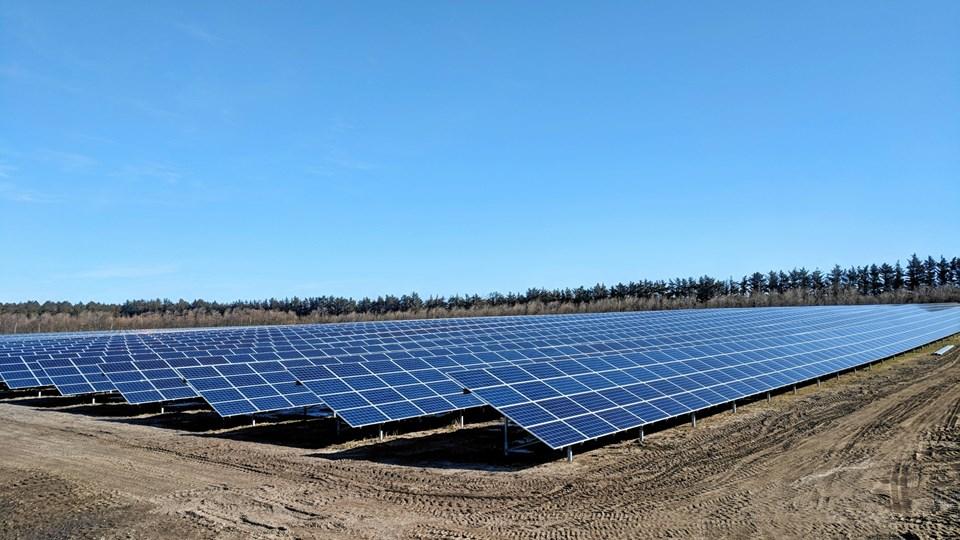 I Hjørring Kommune har European Energy opstillet dette solcelleanlæg, som ses her. Solcellerne producerer strøm, som sælges.Privatfoto