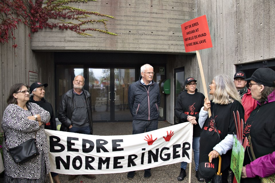 Byrådsmedlemmerne Jørgen Tousgaard og Bjarne Kvist lytter til demonstranterne. Foto: Henrik Louis