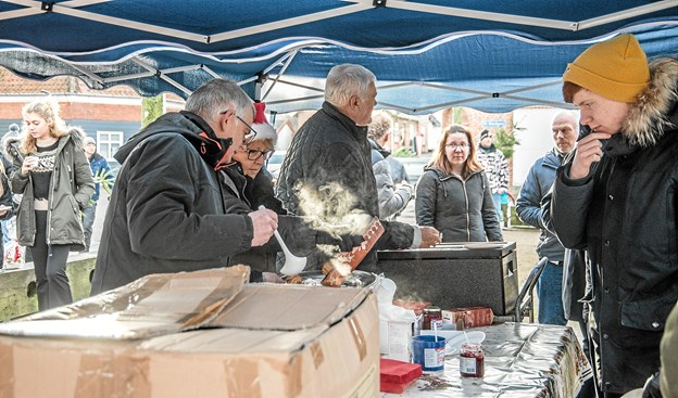 Der var slikposer til børnene og gløgg og æbleskiver til de voksne sponseret af Daglig Brugsen i Ranum. Foto: Mogens Lynge Mogens Lynge
