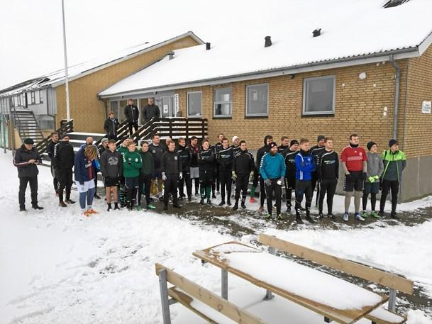 Bolden rullede i Nørhalne trods snevejret