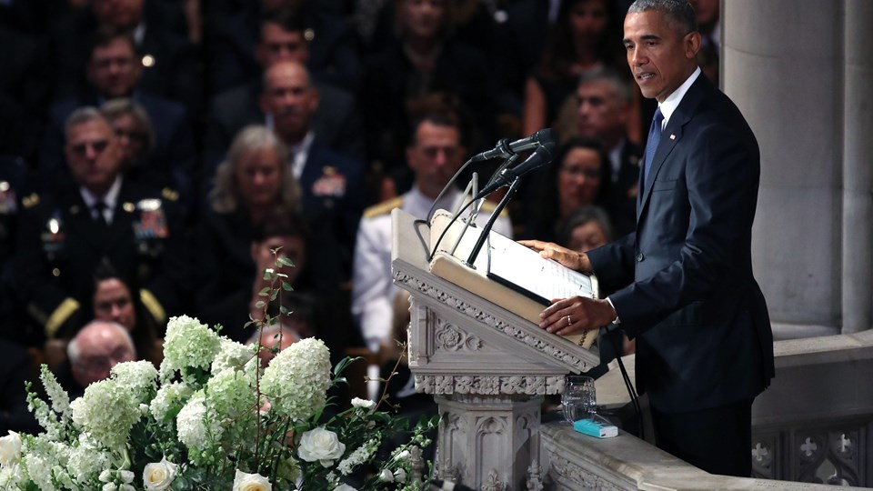 Tidligere præsident Barack Obama mindes den afdøde republikanske senator John McCain som en stor amerikaner. Det sket ved en begravelsesceremoni i National Cathedral i Washington.  Foto: Mark Wilson/Ritzau Scanpix