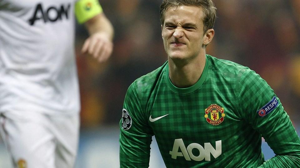 Den danske målmand har svært ved at finde smilet efter to nederlag med ham mellem stængerne. Foto: Scanpix