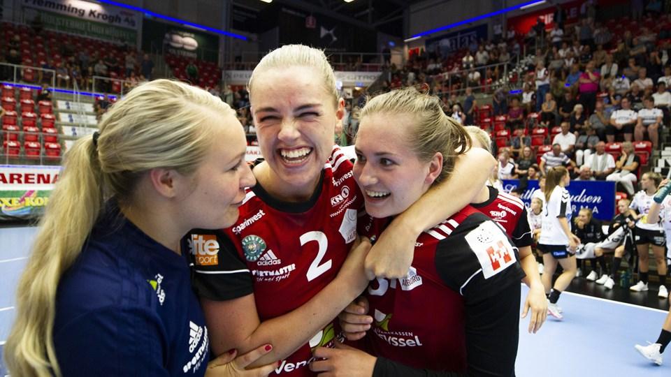 Stor jubel hos Julie Aagaard og holdkammeraterne, efter Anne Brinch-Nielsen sikrede et point. Foto: Johnny Pedersen/Ritzau Scanpix