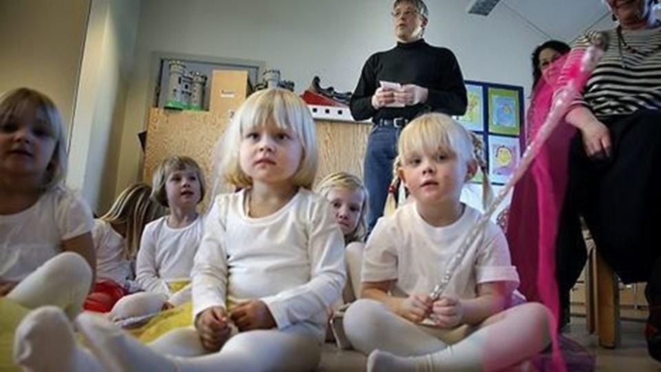 30-års fødselsdag i børnehaven i Frøstrup. Arne Kaspersen talte for børn og forældere. Forrest til højre Amalie Kyndi, til venstre Thea Middelbo. Foto: Klaus Madsen