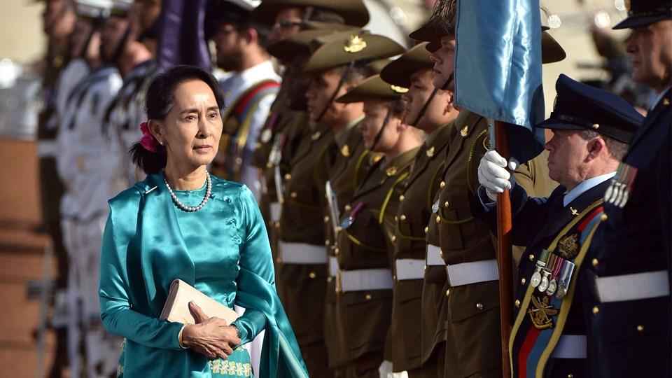 Aung San Suu Kyi fik en militær velkomst, da hun ankom til Canberra mandag. Foto: Scanpix/Mark Graham