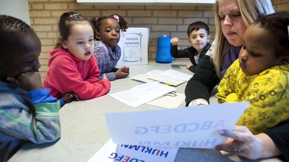 Børnehaven Rømersvej har mange års erfaring med at integrere de mange tosprogede børn. Blandt andet havde de i 2012 et stort læseprojekt, som der ses på billedet. Arkivfoto: Hans Ravn