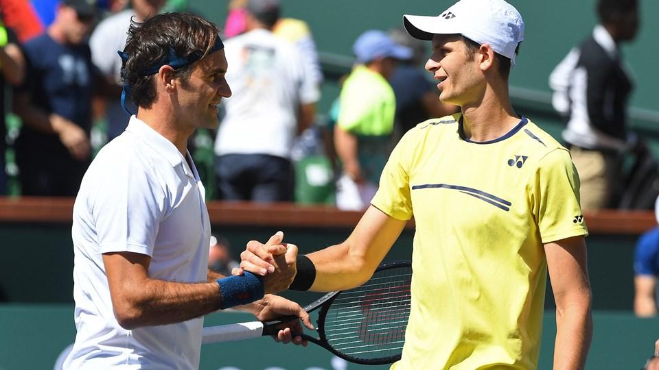 Roger Federer (til venstre) takker Hubert Hurkacz efter kampen fredag i Indian Wells.