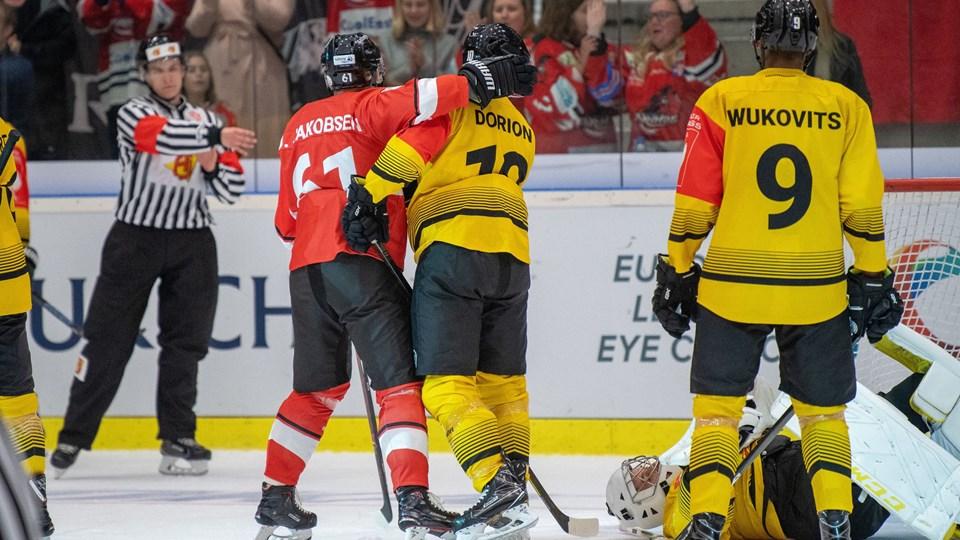 Julian Jakobsen er inde og markere i en nærkamp under torsdagens store nederlag. Foto: Henrik Bo