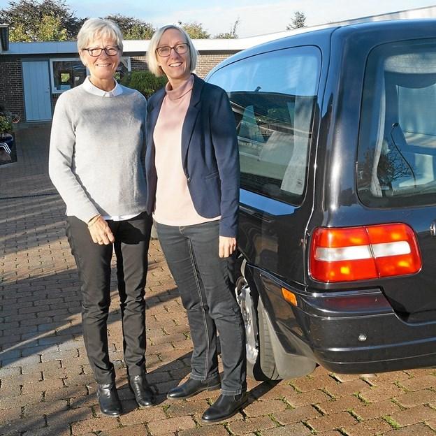 Dorthe Nielsen  (tv.) overdrager her Ditte Immersen Dalsgaard Farsø Begravelsesforretning efter 19 år i branchen. Foto: Mogens Lynge