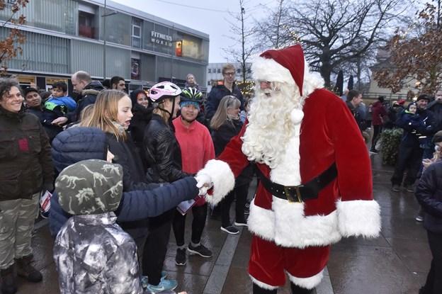 Nogle fik lov at trykke hånd med julemanden.Foto: Ole Iversen