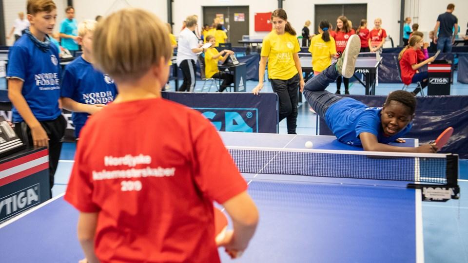 400 elever fra forskellige skoler i primært Hjørring kommuner deltog i det bordtennis-arrangementet i Fiberhallen.Foto: Peter Broen