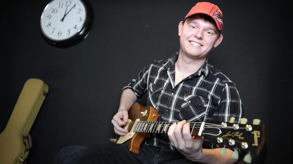 Thomas Pedersen har droppet sit bagerjob og rejser nu rundt i hele landet med sin guitar og sine fine fortolkninger af store hits. Arkivfoto