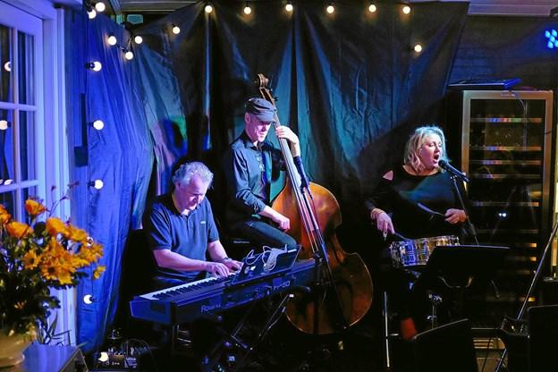 Det norske Kjellsenbandet med pianist Per Olav Andersen, bassist Arman Guthushagen og vokalist Janne Kjellsen spillede på Café Fisk i lørdags i forbindelse med Jazzy Days. Foto: Niels Helver