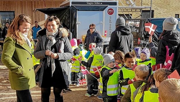 """Frida Andersen (nummer to fra venstre) blandt """"sine"""" glade børn. Foto: Karl Erik Hansen"""