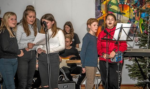 Børnene underholdt med sang for de mange forældre og pårørende. Foto: Mogens Lynge Mogens Lynge