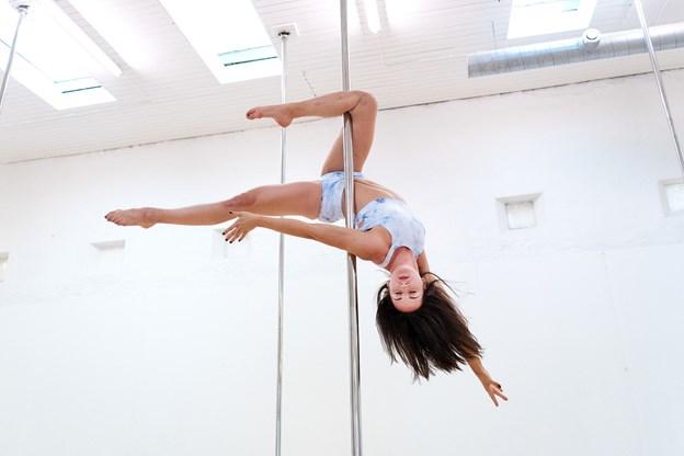 Poledance indeholder mange facetter, og man kan både danse den kunstneriske form og den mere sportsprægede.
