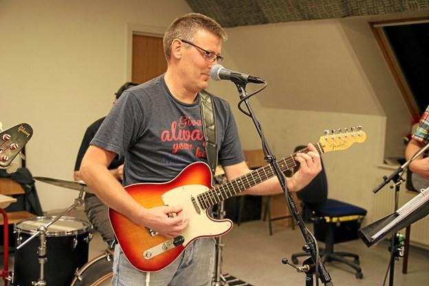 Ole Børgesen spiller guitar og vocal. Foto: Flemming Dahl Jensen