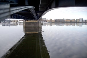 Redningsaktion på fjorden: Borger så mand klamre sig til Limfjordsbroen
