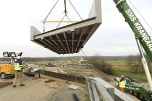 Se video og billeder: Ny bro kom på plads med bjørnekræfter