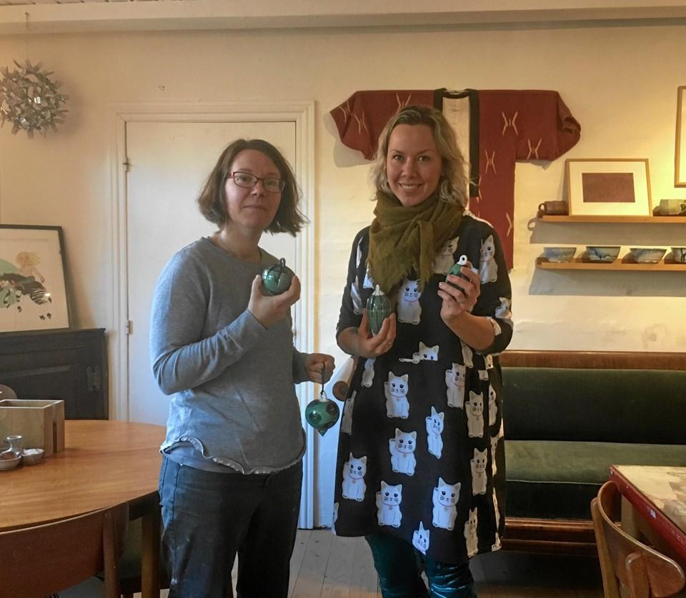 Karoline Hughes og Janne Heick har lige taget de fine ler-julekugler ud af ovnen, så de kan være klar til julemarkedet.