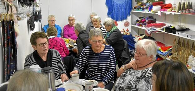 Otte damer er atter klar til at udstille i Hobbykælderen i Møldrup. Privatfoto