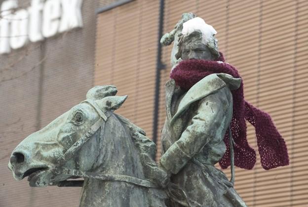 Skulpturen har tidligere fået halstørklæde på, når det var koldt. Arkivfoto: Grete Dahl