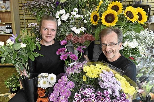 Lotte Sørensen, daglig leder, og Jørgen Jørgensen, vil byde velkommen på fredag til en endnu flottere blomsterbutik i Snedsted. Foto: Ole Iversen