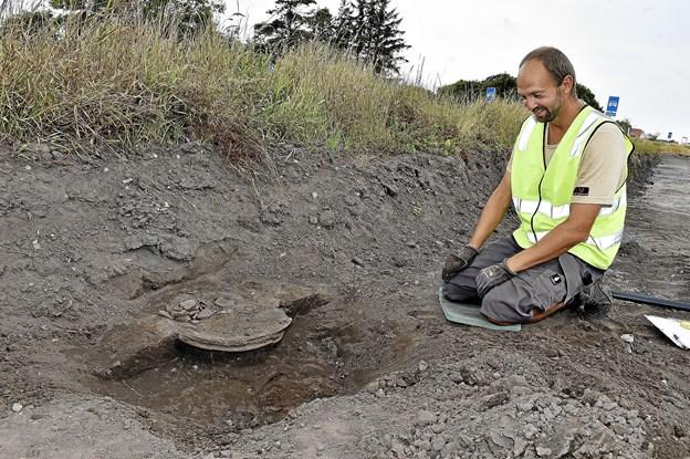 Et stort fad er dukket frem tæt op af Hanstholmvej. Rene Pedersen, der er projektansat ved udgravningen, kalder det et spændende fund, fordi det er med dekoration i kanten. Foto: Ole Iversen