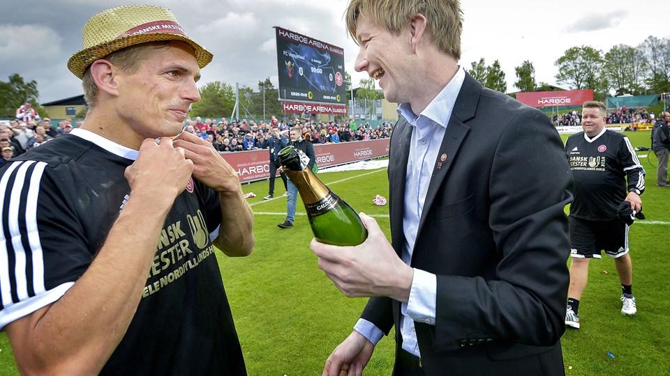 Allan Gaarde med champagne i hånden på stadion i Slagelse forrige søndag, da mesterskabet blev sikret med 0-0 mod FC Vestsjælland.  Foto: Lars Pauli