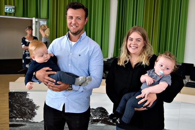 For 25 år siden var det Søren Kjær Dahl og Line Holst, der var jubilæumsbabyer i Hjørring - her har de lånt Anton og Conrad for en stund til ære for fotografen.Foto: Henrik Louis