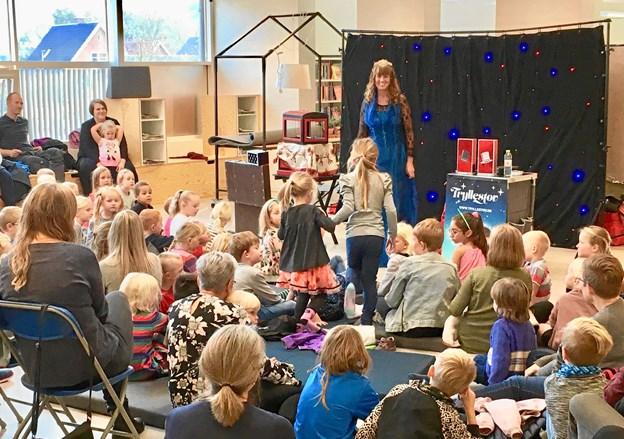 I alt 150 børn og voksne var mødt op til trylleshowet på Aars Bibliotek i efterårsferien. Privatfoto