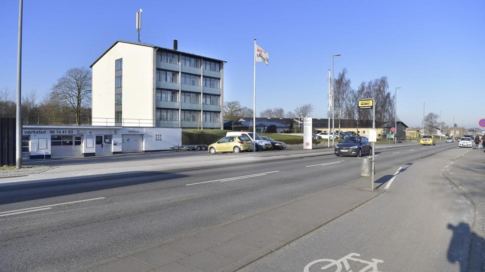Garageanlægget må lade livet til fordel for det nye lokalcenter. Tilsvarende gælder to villaer på nabogrunden langs Gormsvej.Arkivfoto: Bente Poder