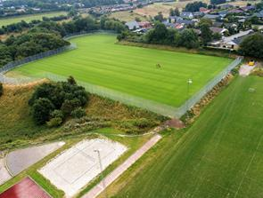 Superliga truppen træner på ny stor naturgræsbane