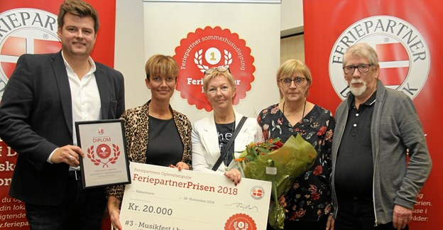 Fra overrækkelsen af Feriepartnerprisen ses her fra venstre Mads Schreiner, VisitDenmark, Theresa Berg Andersen og Mette Kjær Jensen, begge Musikfest i børnehøjde, samt Jane Jersild og Torben Jersild, begge Feriepartner Limfjorden. Privatfoto