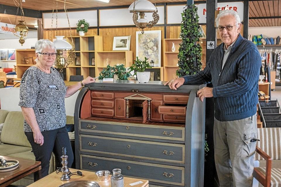 Ruth Lunde og Vagn Stavnskær har ekstraordinært mange smukke møbler til salg som eksempelvis dette gamle chatol med flere hemmelige rum. Foto: Niels Helver Niels Helver