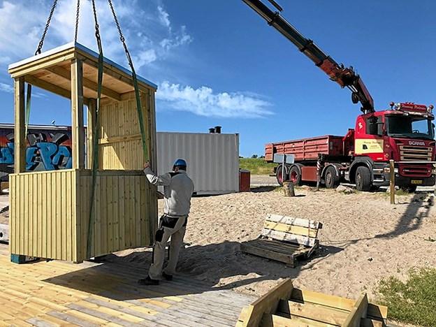 Tømrerne fra FJ Byg sætter det nye operatørtårn på plads. Privatfoto: FJ Byg