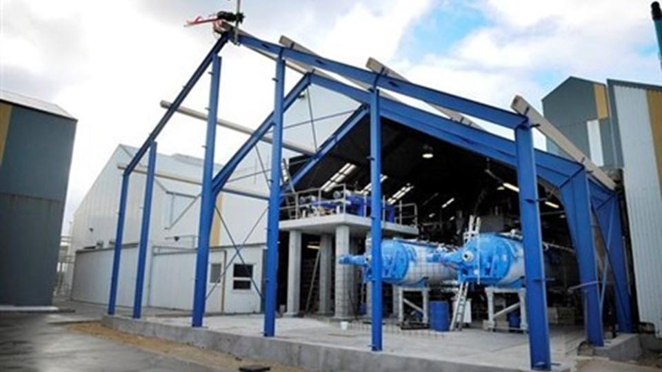 I oktober arbejdede Hanstholm Fiskemelsfabrik med en udvidelse af produktionshallen med at opstille to nye og mindre energikrævende kogere som erstatning for tre gamle. Nu er der risiko for, at investeringsprogrammet stilles i bero. Arkivfoto: Peter